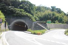 1. トンネルを直進してください。